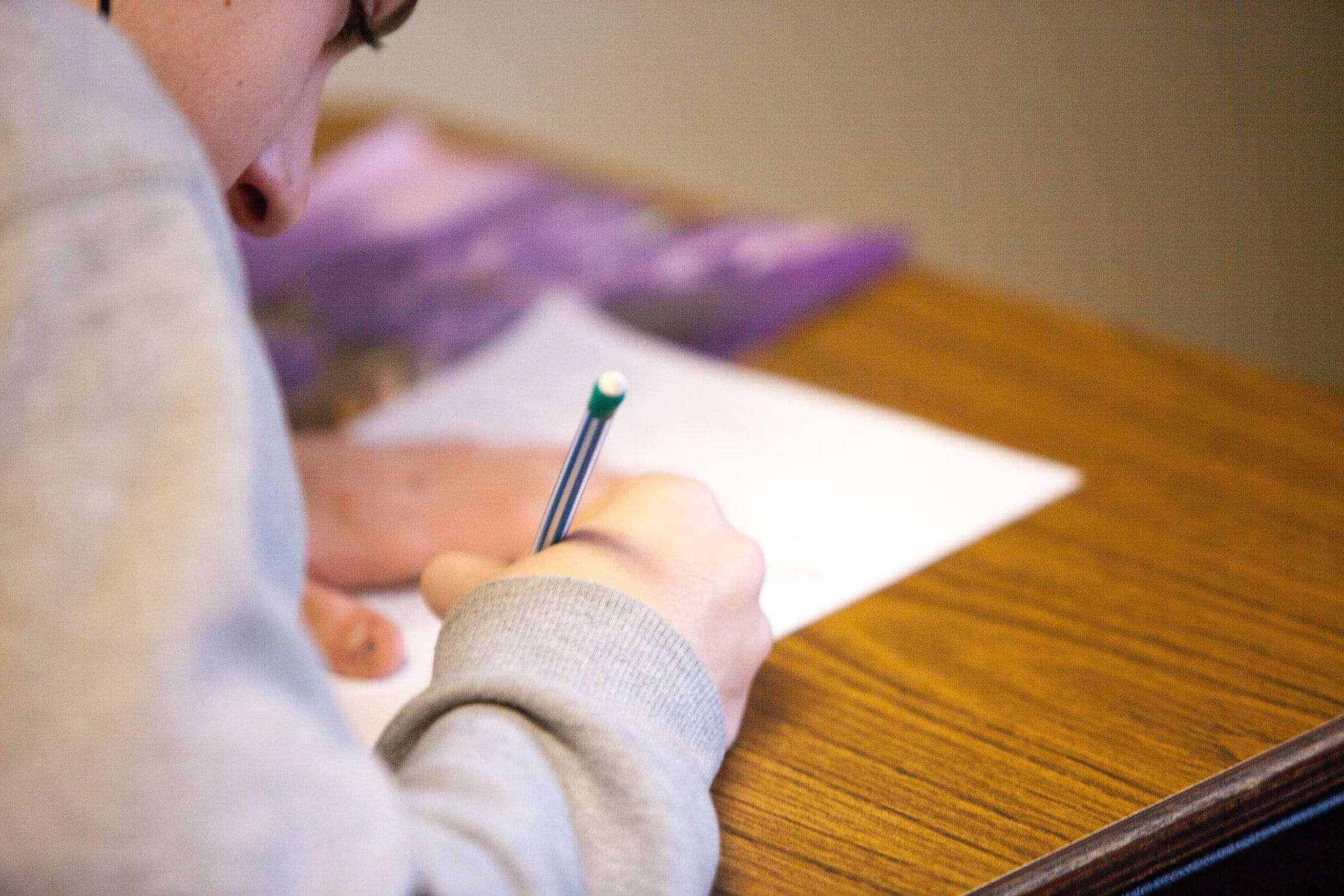 un élève fait un travail d'écriture