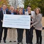 un cheque est remis au CFM par la Fondation Le support pour la cours d'école du primaire