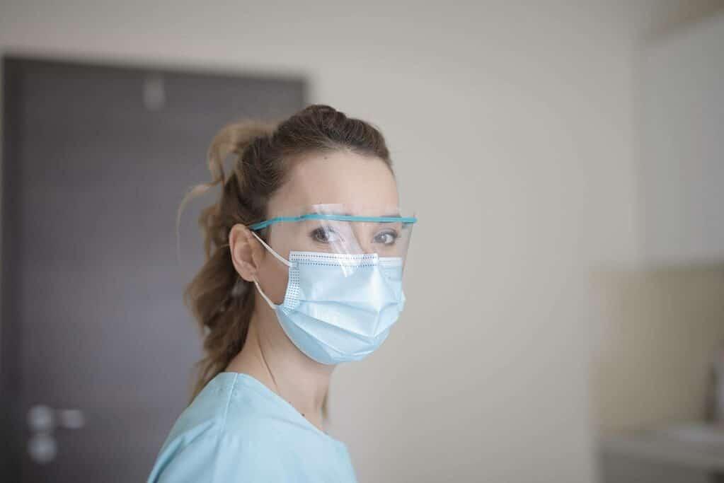 une femme en uniforme médical
