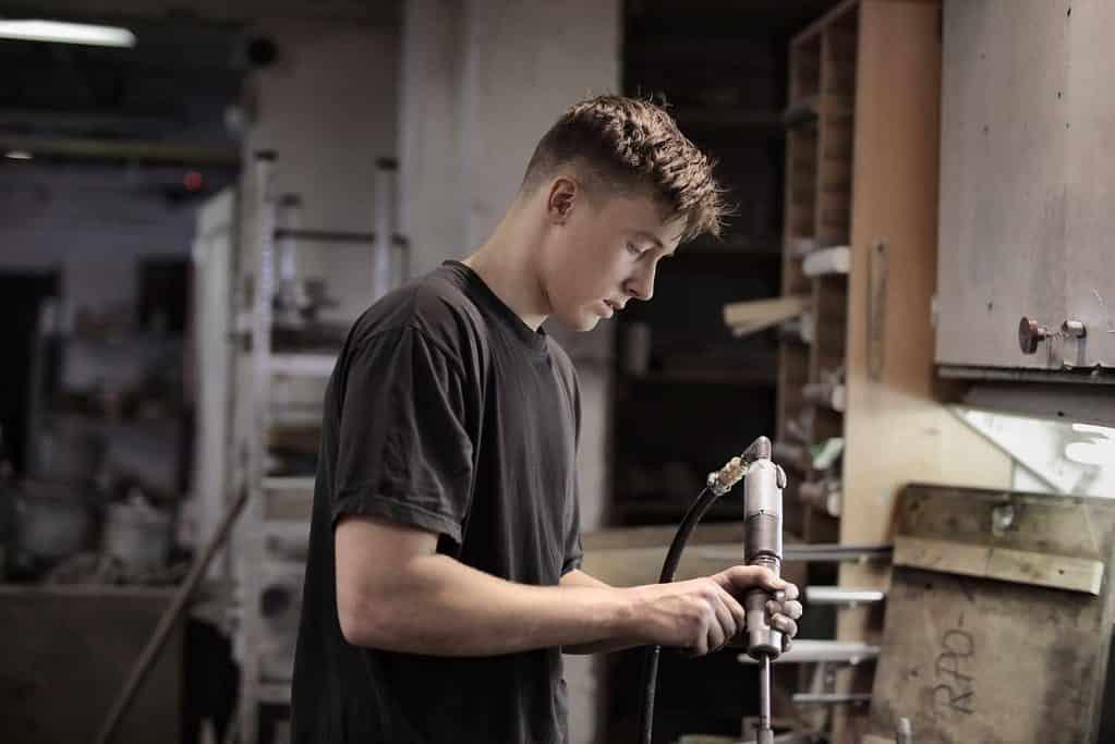 un homme travaille dans un atelier