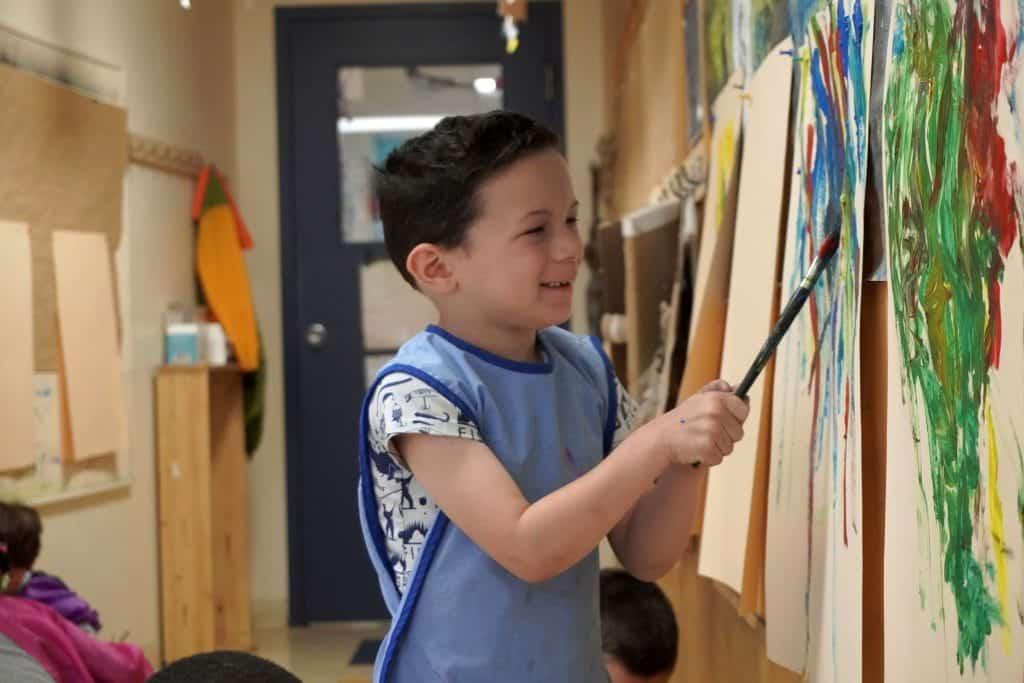 Un élève du préscolaire peinture