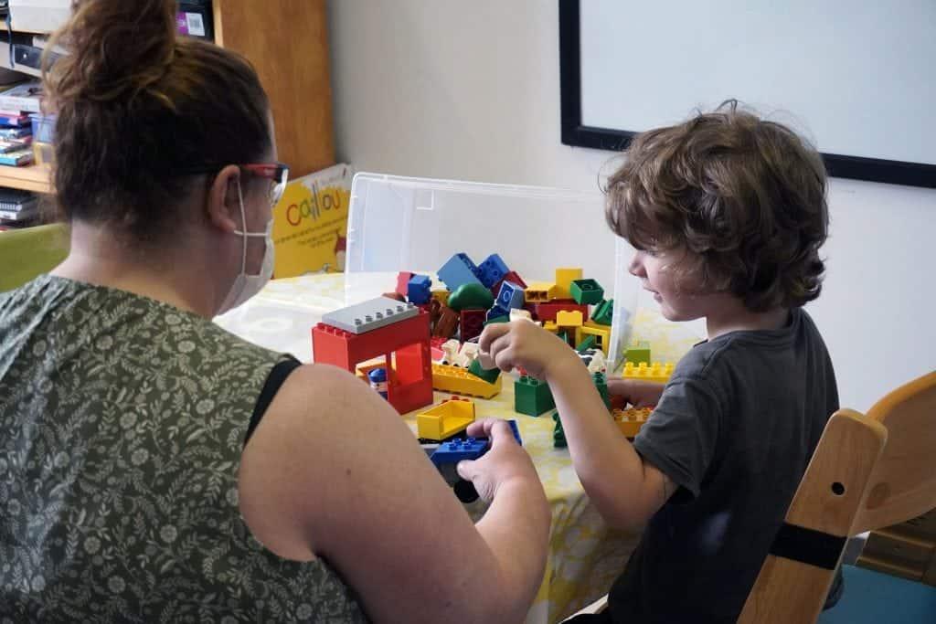 Un élève joue avec des blocs