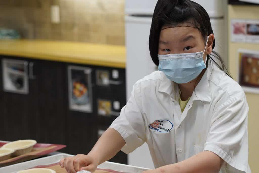 une élève travaille en cuisine