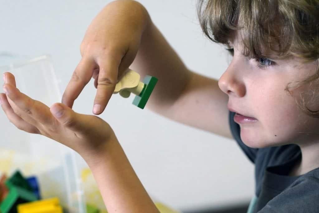 Un élève utilise la langue des signes