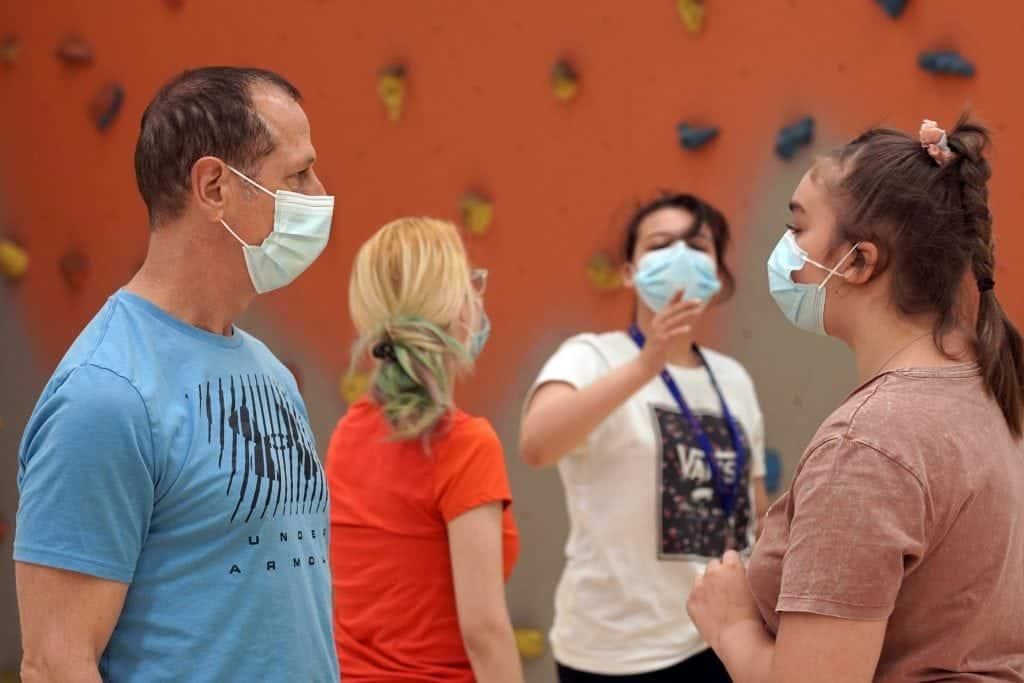 Trois élèves accompagnées de leur enseignants au gymnase du cfm secondaire
