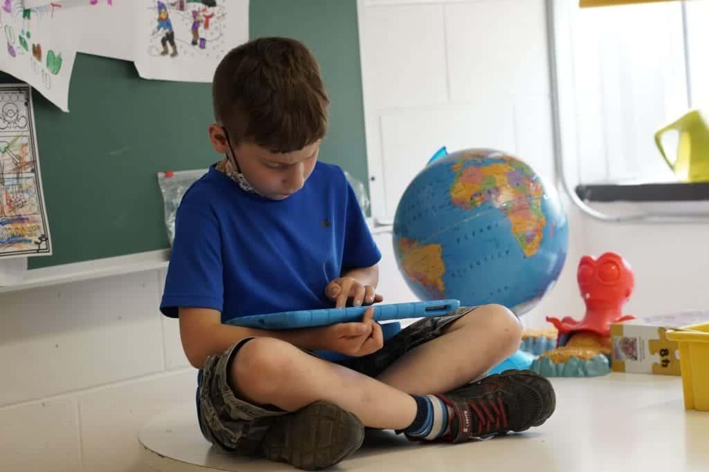 Un élève regarde un Ipad
