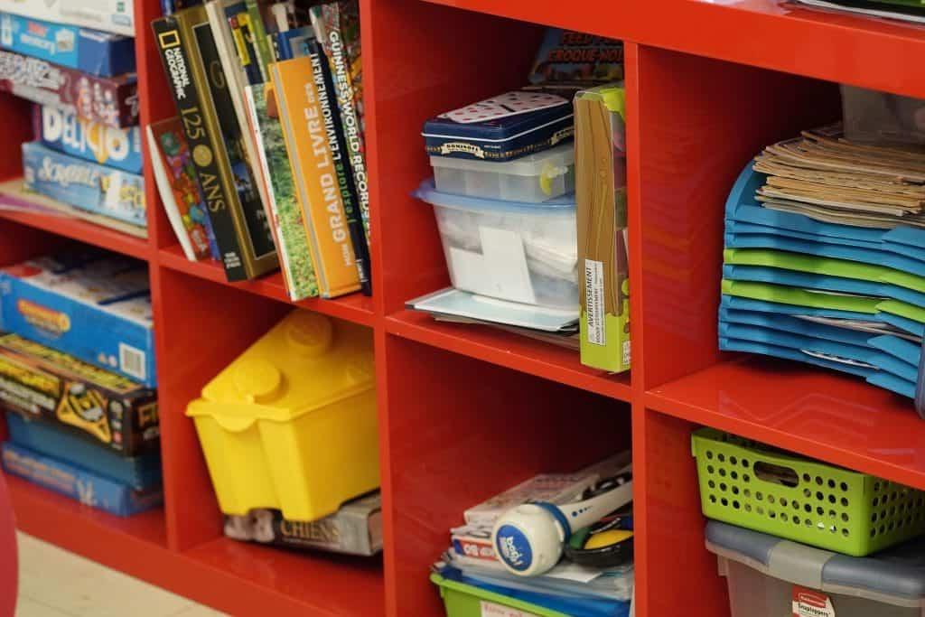une bibliothèque remplie de livres et de jouets