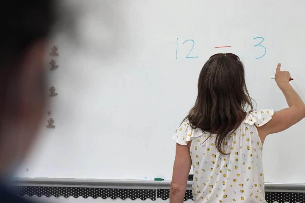 Une enseignante donne un cours de mathématiques au CFM secondaire