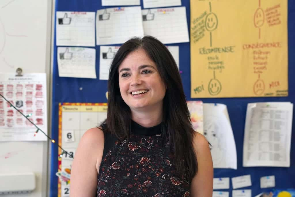 Une enseignante souriante