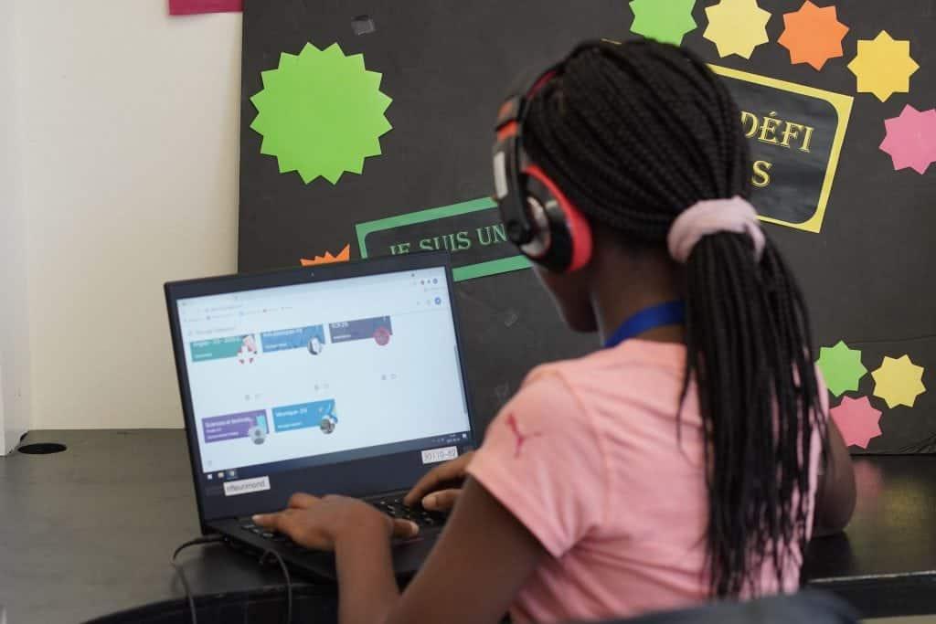 Une élève du secondaire travaille à l'ordinateur