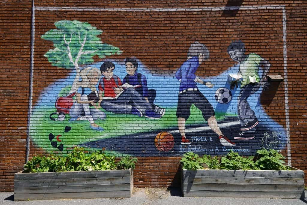 Une murale présentant des élèves du CFM, sur un mur de brique du CFM secondaire