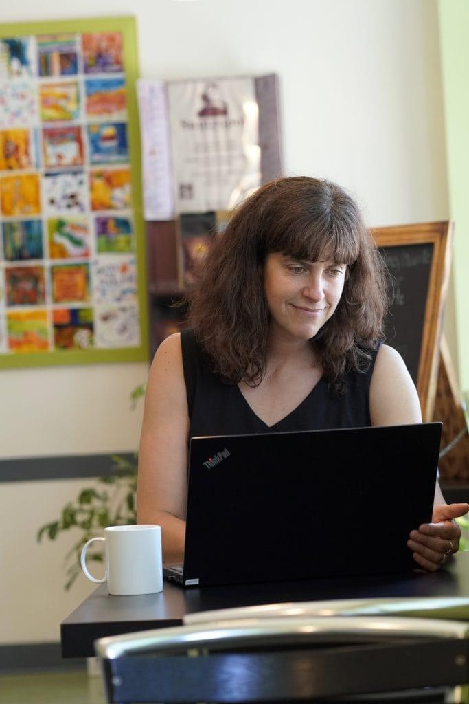 Une cliente du Centre François-Michelle travaille dans le café La Gourmandise du CFM