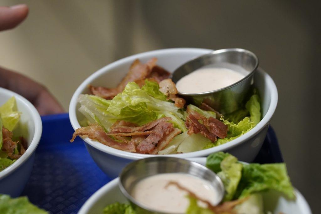 Des salades Césars sont préparées à La Gourmandise du CFM
