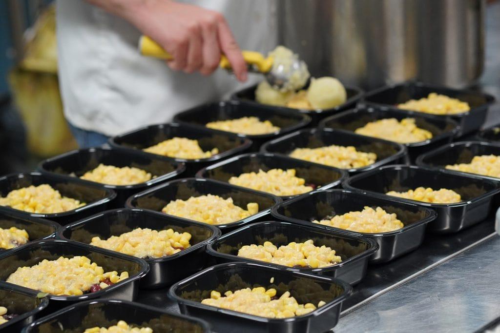 des barquettes de macaroni au fromage faites par le traiteur La Boîte à Lunch