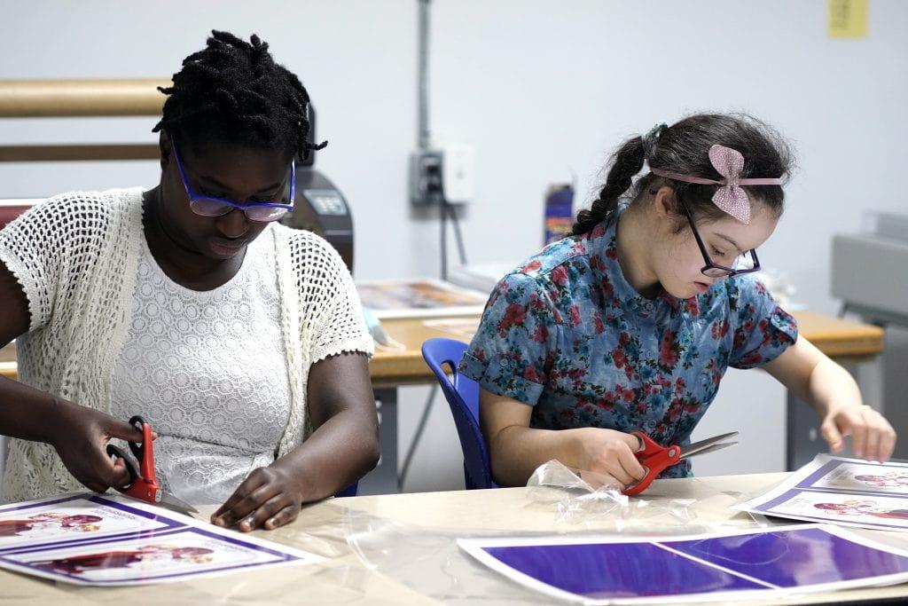 deux élèves concentrée sur leur tâche au plateau de travail à la Repro